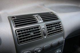 Büszke lehet fűtőrendszerére a Fiat, viszonylag gyorsan csinál meleget, van is rostély bőven, alagút pedig a hátsó, egyáltalán nem szűkös lábtérbe is viszi a hőt