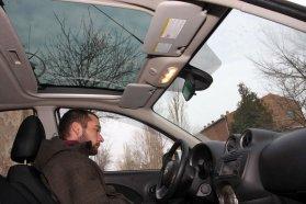 Lényegtelen, mégis lehet szeretni az üvegtetőt. Ilyen az egész autó, felesleges dolgok és zseniális apróságok jelennek meg egymás mellett