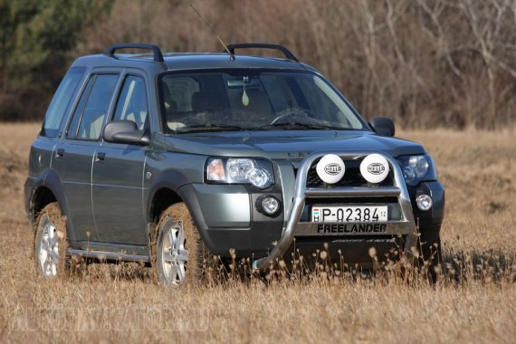 Nem mai darab, alapvetően 1997-es konstrukció a Land Rover Freelander, de a képen is látható, általunk próbált, 2004-ben frissített verzió megjelenése még ma sem régimódi. Első vadrácsa látványos, de sajnos ma már kevéssé megtűrt a hazai utakon