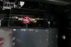 Elektromosan felügyelt a padló alá épített CNG-tartály. Szelepe szivárgás esetén automatikusan nyit, s a levegőnél könnyebb CNG gáz a légkörbe, felfelé távozik