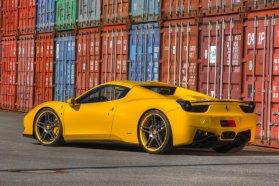 Elöl 255/30 ZR21, hátul 335/25 ZR22 colos Pirelli PZero gumikat visel a méhecske színekbe öltöztetett, telepen fotózott Ferrari