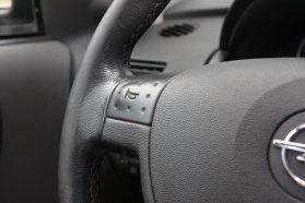 A kortárs Opelek közül a szakadásmentes kürtgomb elismerésre méltó