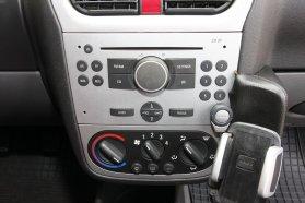 A CD-s audiorendszer a kormányról vezérelhető, a kihangosító telefontartója pedig iszonyatosan zörög, igazából fölösleges elem, mert vezeték nélküli Bluetooth-rendszerről van szó