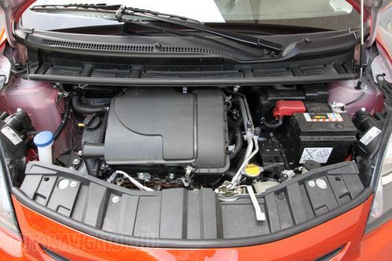 A motornak nincs baja, kellemesen kerepel a háromhengeres, de bizony lehetett érezni, hogy 7 LE-vel gyengébb az up!-nál