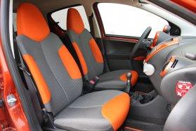 A belülről színre fújt ajtók, a szürke-narancs kombinációjú ülések és a műszerfal narancssárga díszítései is a Spice felszereltségnek köszönhetők