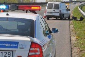 A tiltott helyen hagyott balesetveszélyt jelentő autókat a közút kezelője is elszállíttathatná
