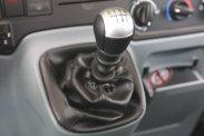 A középső képen a könyöklő alatt látható pumpa nem vérnyomásmérő, deréktámasz, a műszerfalra tett váltó és a kézifék elegendő helyet hagy a hátra járkáláshoz − amit menet közben természetesen tilos!