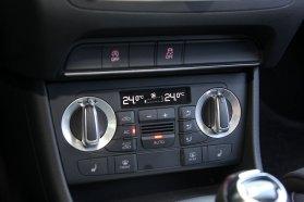 ESP alapáron, automata légkondi és ülésfűtés extraként jár, a pakolóhelyek nem óriásiak, de van belőlük, például a klímapult alatt is