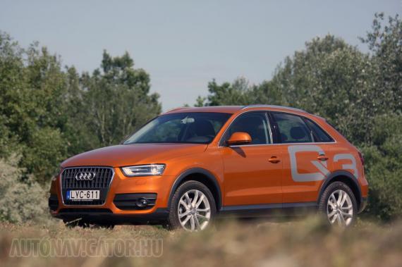 Az Audi jelenlegi legkisebb szabadidő-autója, a Q3 is nagynak mutatja magát. Segít neki a króm oldalüveg-szegélyezés és a hasonló, lemezbe süllyesztett tetősín