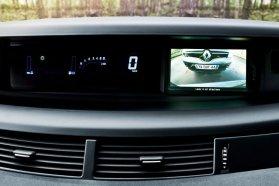 Navigálásban a TomTom, parkolásban színes kamera segít