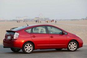 Lejtős farával a hibridek között nagy a Prius II. Sok extrája között parkolóasszisztens is szerepelhet