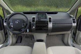 Akár navigáció is szerepelhet a Prius II széles, a vállteret hangsúlyozó műszerfalán
