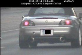 Június 15-én az M3-as autópályán 130 helyett 214 km/h-s sebességgel ment a bal oldali képen látható autó (nahát, egy BMW). A közigazgatási bírság összege 130 ezer Ft. Azt nem tudjuk, hogy a mögötte vélhetően szintén nem lassan romboló márkatárs pontosan hogyan teljesített és mit kapott. Előző nap Budapesten, a Hungária körúton 70 helyett 147-tel felelőtlenkedett a jobbra látható Honda S2000 sofőrje. 90 ezerért