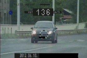 Június 12-én Mosdós belterületén 50 helyett 139 km/h-s sebességgel hajtott a bal oldali képen látható személygépkocsi (nahát, még egy BMW). A közigazgatási bírság összege 300 ezer forint. Június 10-én Kecskemét belterületén 136-tal tépett a jobb oldali képen látható személygépkocsi (nini, egy Fiat Punto). Ezért is megy a 300 ezres csekk
