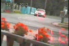 Június 3-án a 44-es számú főúton 90 helyett 172 km/h-s sebességgel rohant a bal oldali képen látható személygépkocsi. Hoppá, egy Opel Insignia. A közigazgatási bírság összege 130 ezer Ft. Június 22-én Simaság belterületén simán 116-tal tolta a jobb oldali képen látható Mercedes. A közigazgatási bírság összege 130 ezer forint