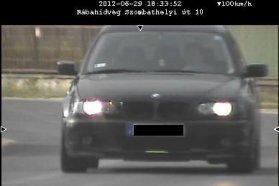 Június 14-én Rönök belterületén 50 km/h helyett 102 km/h sebességgel haladt a bal oldali képen látható személygépkocsi. Jé, ez is Ford Mondeo. A közigazgatási bírság összege 90 ezer Ft. Június 29-én Rábahídvégen kerek 100 km/h-s sebességgel haladt a jobb oldali képen látható BMW... A közigazgatási bírság összege 90 ezer forint