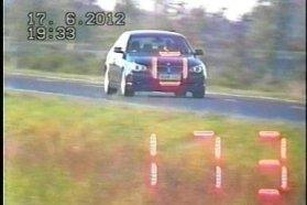 Június 17-én a 89-es számú főúton 90 km/h helyett 173 km/h-s sebességgel haladt a bal oldali képen látható személygépkocsi (ó, egy BMW). A bírság 130 ezer Ft. Június 8-án az M30-as autóúton 110 helyett 173 km/h-val ment a jobbra látható... BMW. 60 ezerért