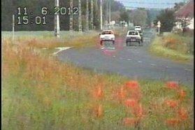 Június 11-én a 8443-as számú úton 90 km/h helyett 153 km/h-s sebességet ért el a bal oldali képen látható Ford. Nem Mondeo, Focus. 90 ezerért. Június 9-én a 89-es úton 147-tel ért féktávra a jobbra látható Mini. A bátorfelelőtlen tett 60 ezer forintjába fog fájni
