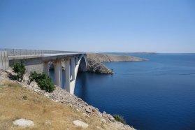 Pag szigete ezen a rövid hídon keresztül érhető el kompozás nélkül is, Budapestről mintegy 650 kilométer, 6-8 órás autóút