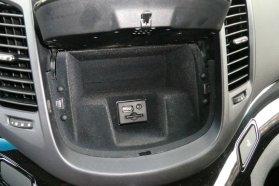 Apró trükk: a rádió előlapja mögötti rekeszben az USB-csatlakozó és a navigáció memóriakártyája