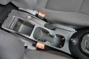 Légbeömlő és 12 V-os csatlakozó a hátsó utasoknak is jár, ugyanezen konzol rolóval fedhető rekeszébe a vékonyabb 1,5 literes palackok is beállíthatók, a pohártartókba és az ajtózsebekbe csak 0,5 literesek férnek. Isofix-csatlakozó csak a középső sor szélső helyeinél van, a kikapcsolható utaslégzsák mögé csak övvel rögzíthető hordozó tehető