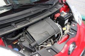 Az egyliteres, háromhengeres, Toyota-féle benzinmotor nem véletlenül nyerte díjak sokaságát: kellően erős és keveset fogyaszt. Simán 5 liter alatt