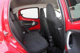 Rövid távon két felnőttnek hátul is vállalható az utazás. Az elkényelmesedett sofőr állítható magasságú, szélesebb, deréktámaszos, karfás ülés után siránkozik. A karosszéria színével harmonizáló lemezek mellett az ülések színes betétjei is dobnak a hangulaton