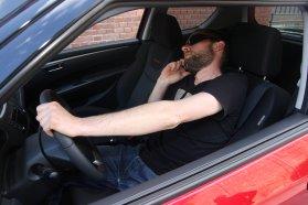 Aki így ül és vezet, annak nyilván minden teljesen mindegy, a többiek lábát, s a testtartás miatt egész testét is pihentetheti, ha nem kell állandóan nyomni a gázpedált