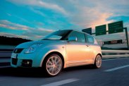 Kicsik, de mindnek megvan a maga aduásza: Renault Twingo, Fiat 500, Suzuki Swift Sport