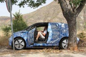 """""""Öngyilkos"""" hátsó ajtóval, de (mint például az Opel Meriva is) B-oszloppal érkezik majd az i3, magas padlója alatt utaznak az akkumulátorok, utastere minimalistának ígérkezik (Fotók: autocar.co.uk)"""