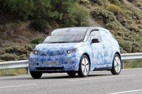 Ötajtós, négyüléses, alig több mint 3,8 m hosszú lesz a BMW elektromos kisautója 200 literesre saccolt csomagtartóval, orrába kérésre hatótávnövelő benzinmotort is szerelnek (Fotók: carscoop.blogspot.com)