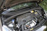 Külön-külön a dízelmotor, a stop-start rendszeres e-HDi technológia és a 6 fokozatú manuális váltó is egész jó, együtt, csomagban bezzeg nem adnak harmóniát. Vélhetően a takarékos üzemre hangolt túl hosszú áttételezés a ludas