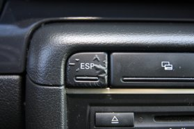 Felhólyagosodott gombbal, de van és kikapcsolható a menetstabilizáló elektronika