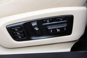Nem azonos a két első ülés, az utasénál lábtámasz hajtható fel, a sofőrnél a lap hossza toldható, állítható továbbá az oldaltartás, a háttámla íveltsége és derék-, illetve háttámasza is