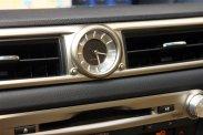 Csak egy színnel vetít a Head up Display, analóg a műszerfali óra, a fokozatmentes automata váltó hagyományos karral, annak 7 fokozata a kormányról is kapcsolható