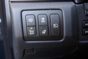 Természetesen automata az összes elektromos ablak, továbbá nem csak a fényszóró a távfény is automatikusan kapcsolódhat, nagy segítség a precíz holttérfigyelő, télen pedig jó szolgálatot tehet − a markolatok alá tett − kormánykerékfűtés. Kár, hogy néhány gomb, például a Head up Display vezérlősora is láthatatlan helyre, a kormány mögé került, ezért aztán autópályán például nehéz állítgatni