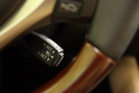Lexus hagyomány szerinti helyen található a távolságtartós, araszolófunkciós tempomat kapcsolója. Lehetne kézre esőbb helyen, például a kormányon. Az állóra fékezett és néhány másodpercig várakozott autó ezen pöcök érintésével is ismét mozgásba hozható