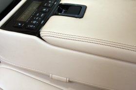 Bőr üléskárpit és műbőr könyöklő találkozása a hátsó sorban