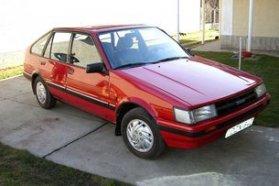 Szögletes Corollával, Trabanttal vagy Ladával nem könnyű segíteni az ismerkedést, semmiképp se parkoljunk velük a bejárat elé