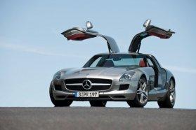 Nehéz labdába rúgni, ha egy SLS AMG is áll a parkolóban. Csillagos is, ajtaja is szárnyas, meg azért a benne lévő 571 lóerő is jól hangzik − szó szerint