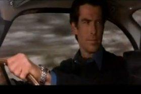 Brosnan-Bond a DB5-ösben. Mellette Moneypenny izgul