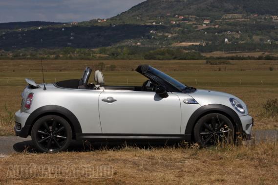 A kabriónak kellően merev Roadster Cooper S alapára 6,8 millió forint
