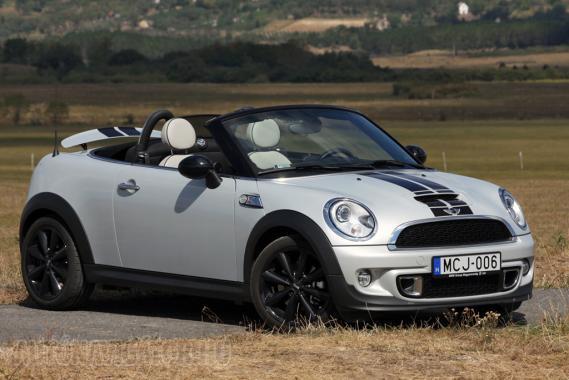Ilyen egy Roadster, ha Mini, s nem is igazi roadster. Dögös, csíkos, kívánatos