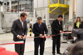 Thomas Sedran az Opel ügyvezető igazgatója, Orbán Viktor, Magyarország miniszterelnöke és Solt Tamás, az Opel Szentgotthárd igazgatója vágta át az új üzemet megnyitó szalagot