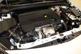 A műanyag alatt már az új, 1,6 literes, közvetlen befecskendezésű turbómotor