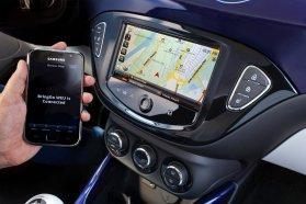 Az IntelliLink segítségével iPhone és Android alapú okostelefon egyaránt csatlakoztatható a központi kijelzőhöz
