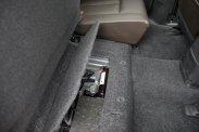 A hátsó ülőlap osztottan felhajtható és a fejtámlához rögzíthető, a padlórekeszekben (az LS Plusnál) defektjavító szett és kötelező-csomag bújik meg