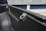 Platóméretei hozzák a kategóriaátlagot, ajtaja kulccsal zárható; a rögzítőszemes, könnyen tisztítható rakteret műanyag bélés védi a karcoktól