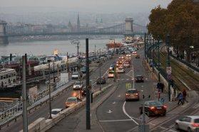 A szomszédos Szabadság híd és a Lánchíd forgalma is nőni fog, ha a pesti oldalon végzett munkálatok miatt beáll majd az Erzsébet híd. Meg a Hegyalja. Meg a BAH. Meg a Rákóczi, az Astoria, a Keleti, stb. Tömegközlekedés, kerékpározás, gyaloglás − ezek működhetnek