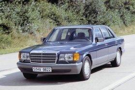 A W126 hozta el a sofőr és utasoldali légzsákot, a kipörgésgátlót és a biztonságiöv-előfeszítést. Több mint 818 000 eladott példánnyal egyben ez minden idők legsikeresebb S-osztálya